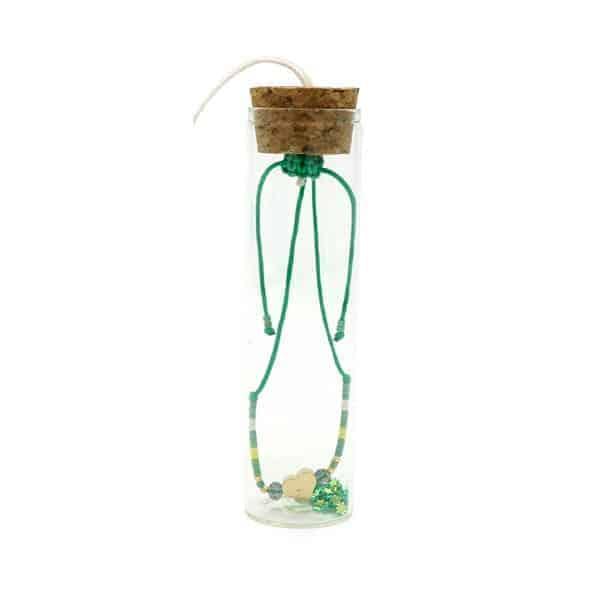 Groen kralenarmbandje in glazen flesje